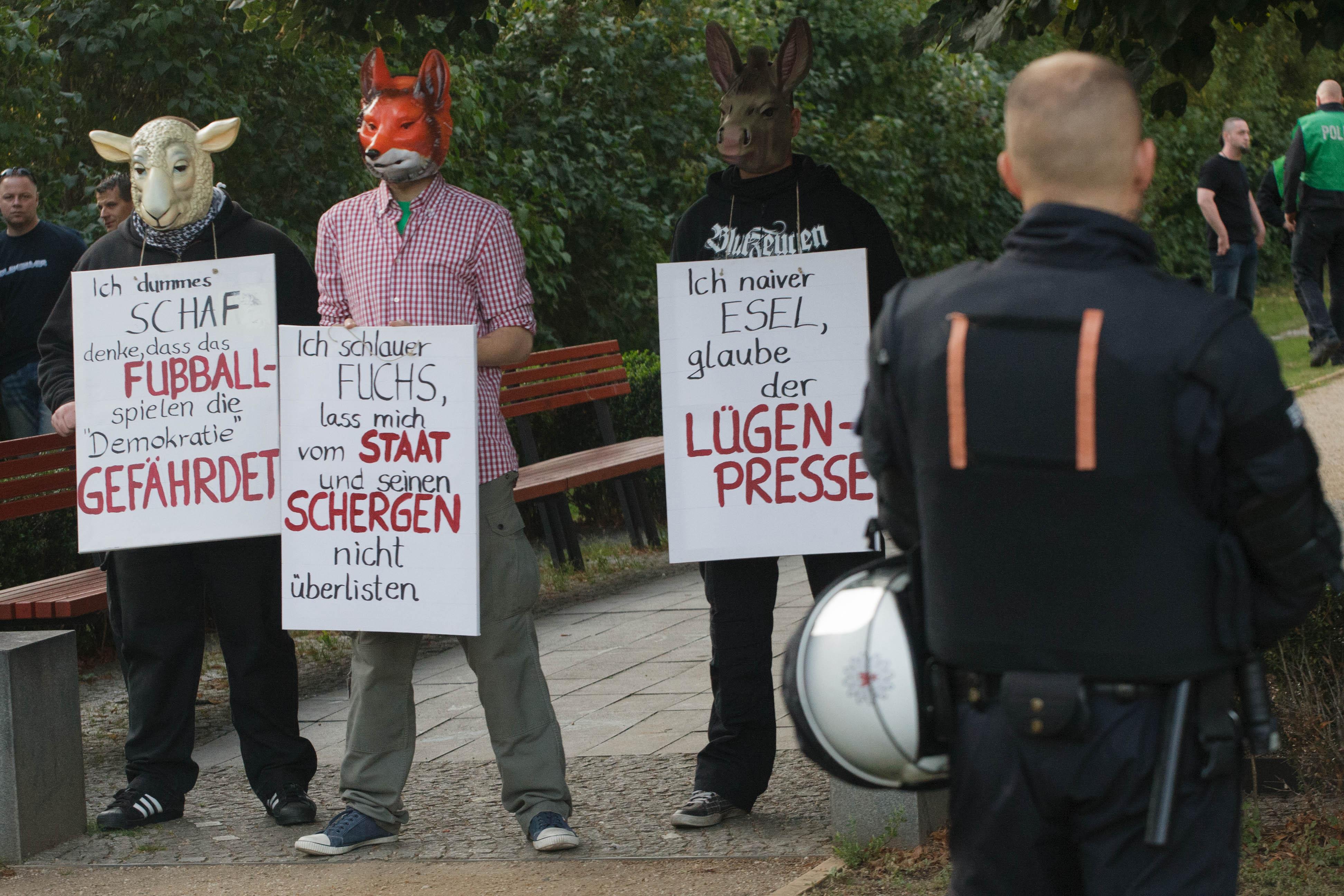 In der Mitte, Steve Schmidt mit Fuchsmaske © Theo Schneider